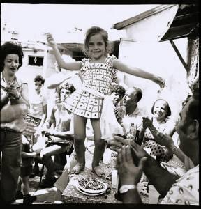 אשר גיבל, ילדה בת חמש רוקדת בשכונת הארגזים חגיגה בעיצומה, שנות ה-70