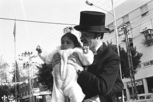 אשר גיבל, ראש עיריית רעננה מחבק ילדה מהרחוב