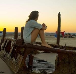 Neri Getraide צילום יוני רחמין, הכול בה, בבאר מכוסה שלולית, בספינה מחלידה ובילדה נושמת תכלת, לימון ומרכזיות עצמה