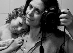 אסנת בן דב, מדונה מודרנית עם המלאך שלה על רקע סלעי המצלחה