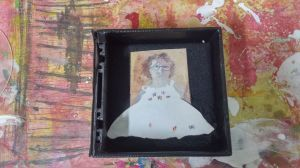 Gila Sapir שמלה מפוסלת בתוך קופסת תכשיטים